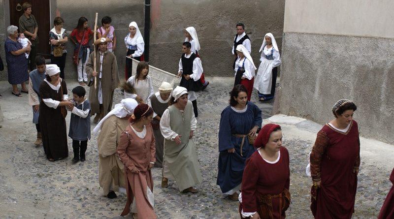 festa-di-nostra-signora-di-regnos-altos-arrivo-alla-cattedrale-dei-partecipanti-alla-processione-in-costume-storico-pomeriggio-secondo-sabato-di-settembre
