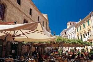 Alghero caffè all'aperto sull'animata piazza Civica.