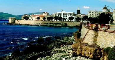 Alghero città sarda dei coralli dalla forte influenza Catalana ecco alcuni consigli su dove dormire e dove mangiare in questa famosa località turistica del Nord Sardegna.