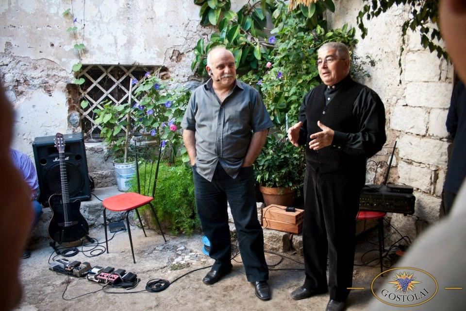 """Gianluca Medas e Tonino Arcadu (Cantine Gostolai) durante la rappresentazione """"La Storia del Vino"""" nel 2012 a Oliena durante Cortes Apertas, Autunno in Barbagia 2012"""