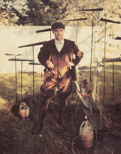 Costantino Nivola nel giardino della sua casa a Springs, anni 50