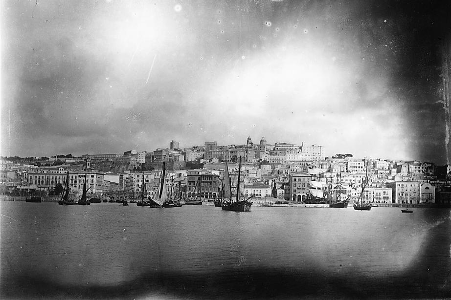 Cagliari panoramica della città dal mare con i velieri