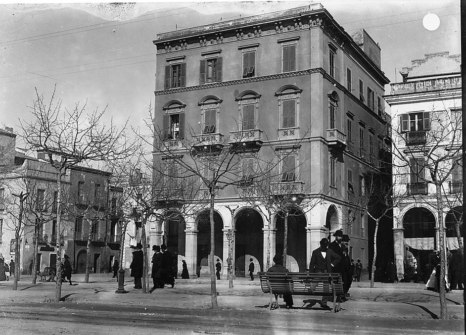 Cagliari via Roma passeggiata davanti al Caffè Torino