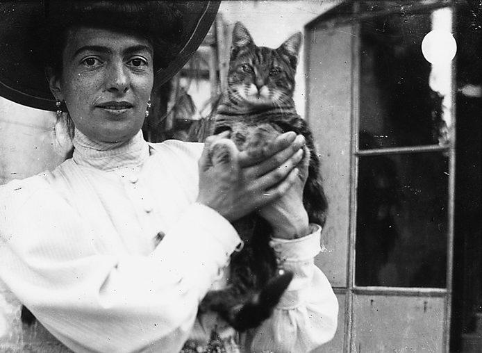 Donna in abito signorile col gatto