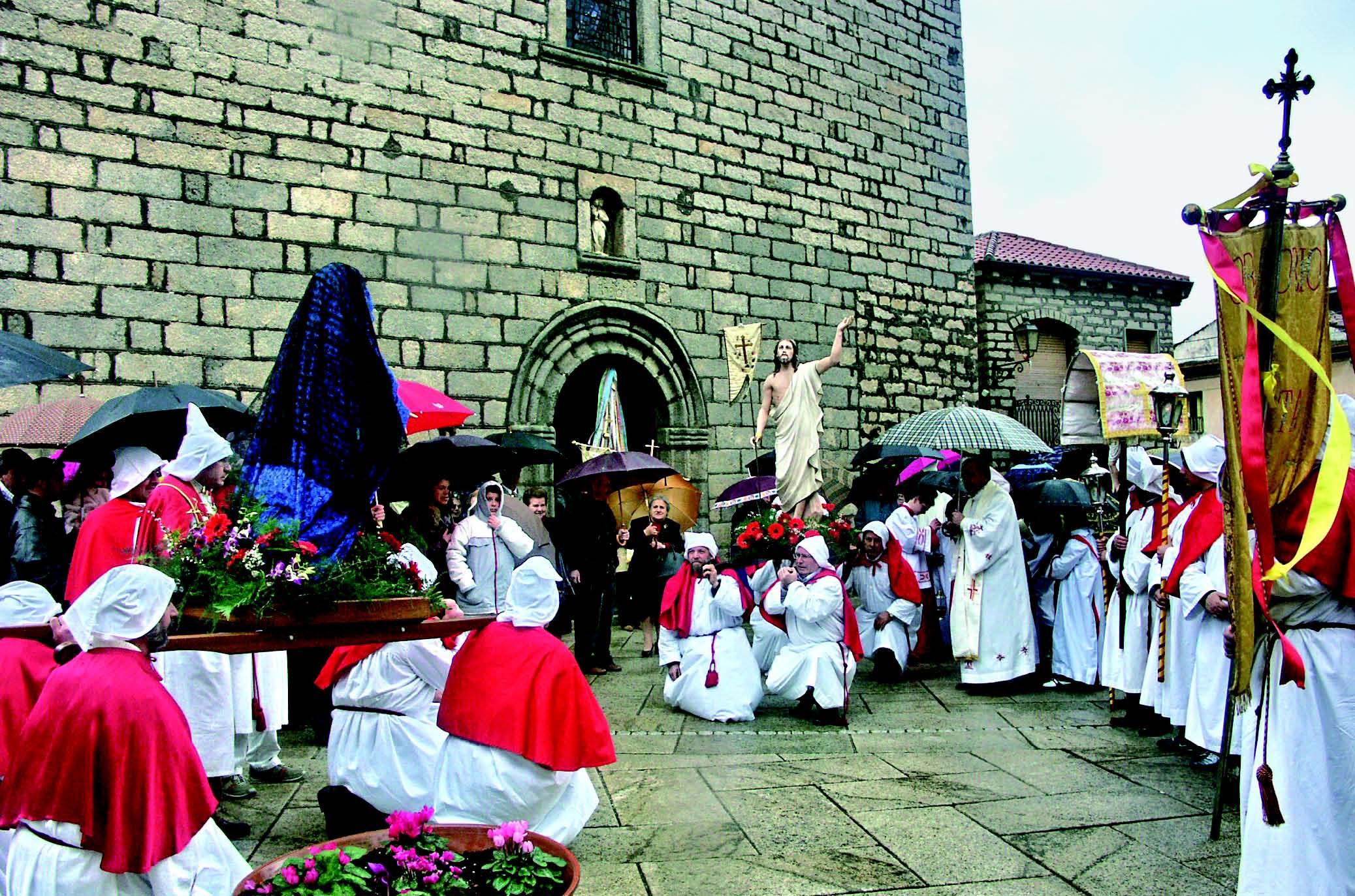 La processione de S'incontru esce dalla parrocchiale del Rosario Luras Fotografie di Salvatore Pirisinu