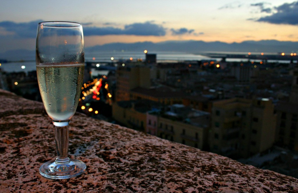 Bicchiere di vino paesaggio di Cagliari