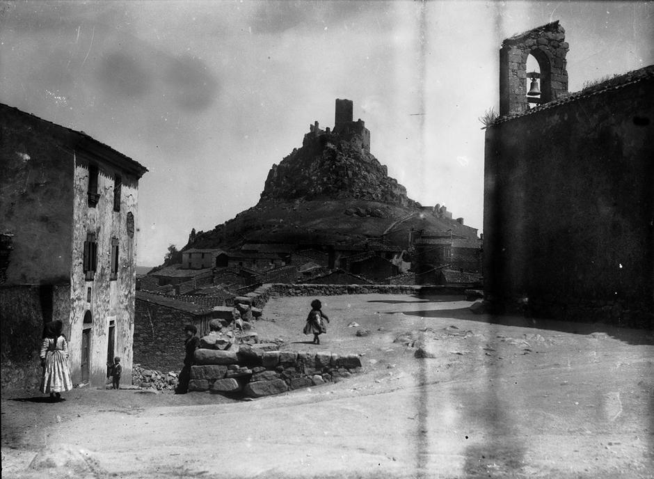 Burgos scorcio del paese con il castello foto storica