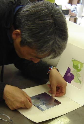 """Miyayama Hiroaki al lavoro. La Pinacoteca """"Carlo Contini"""" di Oristano ospita la mostra Splendori dal Giappone fino al 19 aprile 2015."""