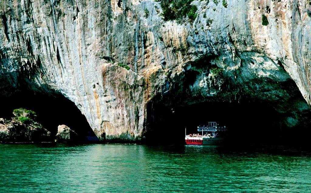 Ingresso della grande Grotta del Bue Marino Cala Gonone Dogali. Visite guidate durante il Cala Gonone Jazz Festival 2015