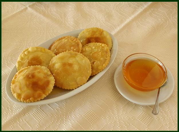 Sebada. Detta anche seadas, è il dolce più classico del tradizionale menù degli agriturismi locali, uno dei dolci sardi più conosciuti dai turisti che una volta che l'hanno assaggiata non la dimenticheranno mai.