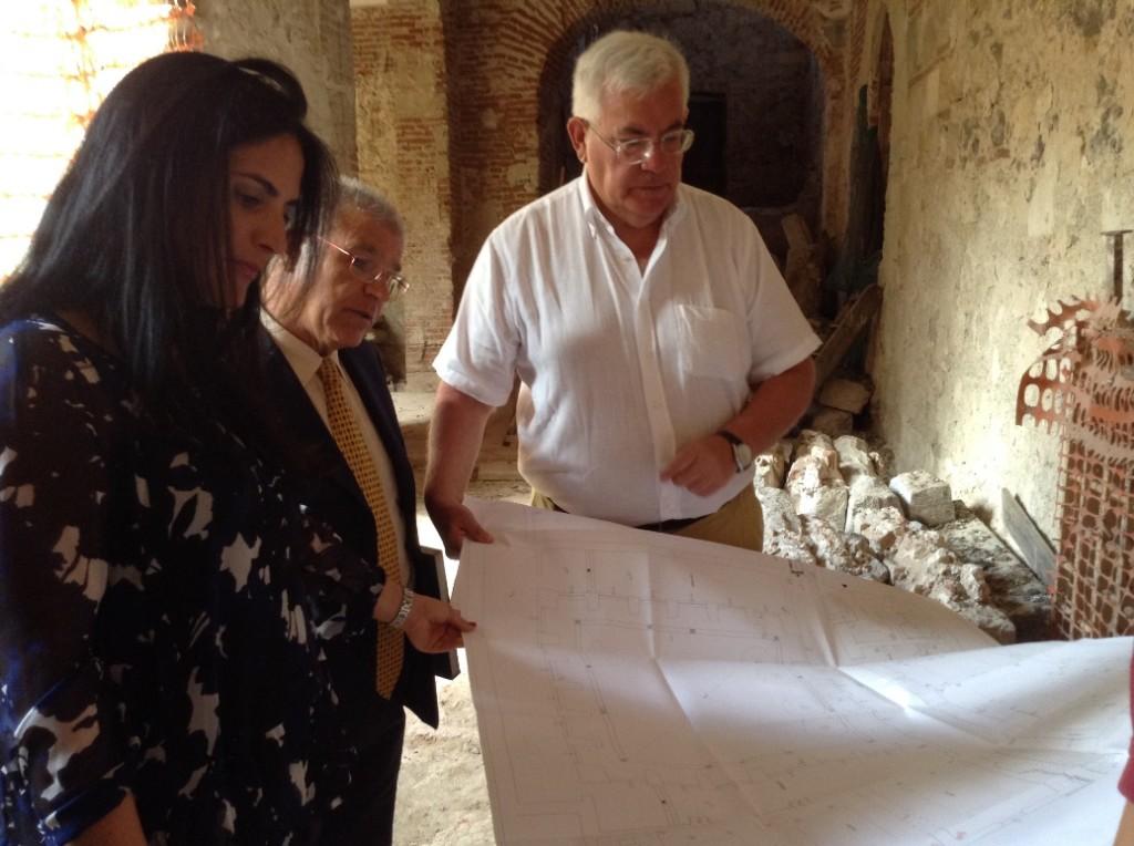 L'ingegner Tola illustra il progetto di recupero al sindaco Tendas e al Sottosegrario Barracciu. Oristano il complesso medievale dell'ex Distretto Militare deve essere restituito alla comunità. Questo è il parere unanime del Sindaco Guido Tendas e del Sottosegretario ai beni culturali Francesca Barracciu in visita in Sardegna.