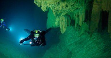 Esplorazioni nelle grotte sommerse della Sardegna. E' in Sardegna la grotta più estesa d'Italia. Il sistema di Su Palu – Monte Longos – Su Molente – Bue Marino raggiunge i 70 Chilometri circa di sviluppo.