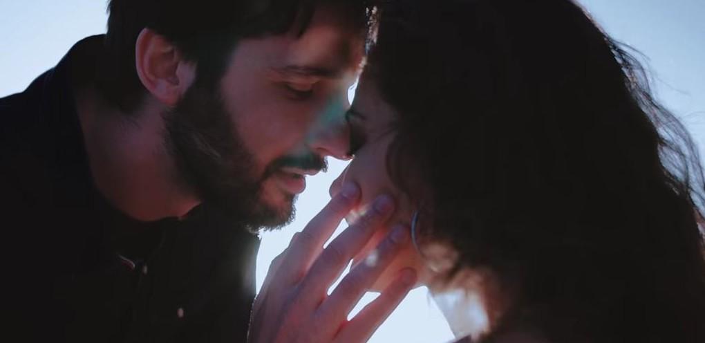Maurizio Pulina e Elisa Desogus nella scena di passione sulla spiaggia di Alghero nel Video Clip L'amore esplode di Dave Ruda