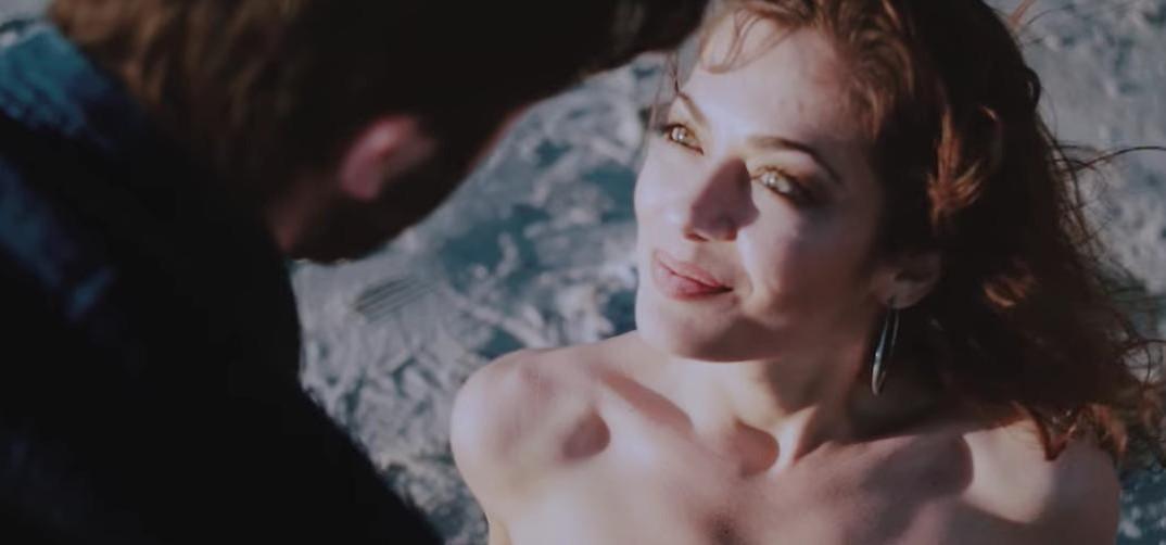 Primo piano della bellissima Elisa Desogus protagonista al femminile del Video Clip di Dave Ruda L'amore Esplode
