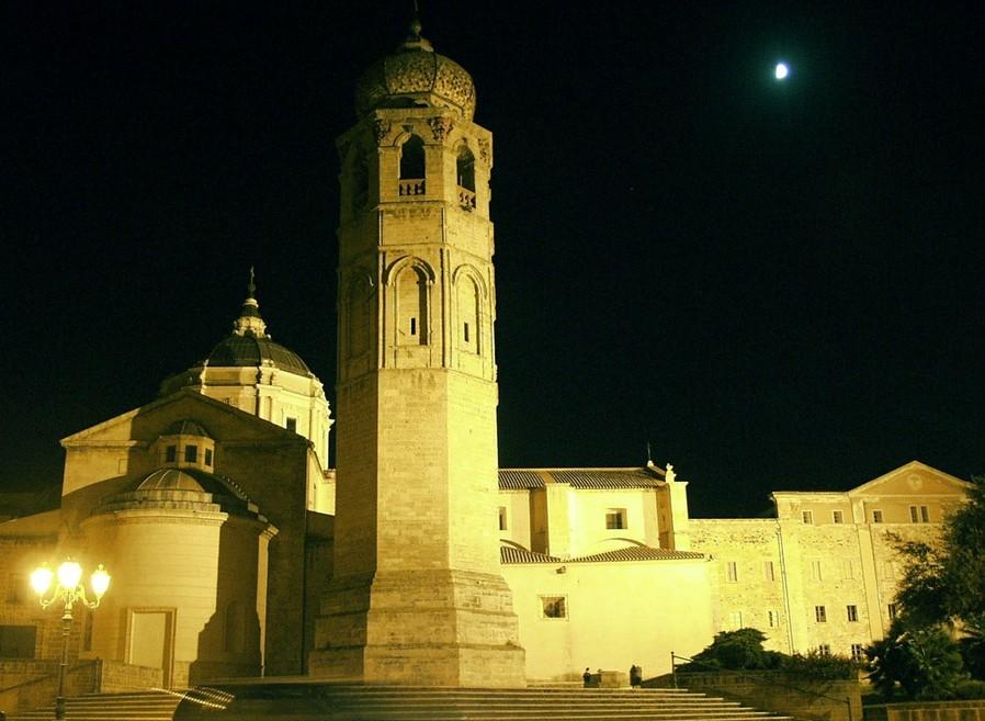 Oristano Shopping Sotto le Stelle dal 5 luglio al 30 agosto 2016, cattedrale di Santa Maria Assunta di notte Oristano.