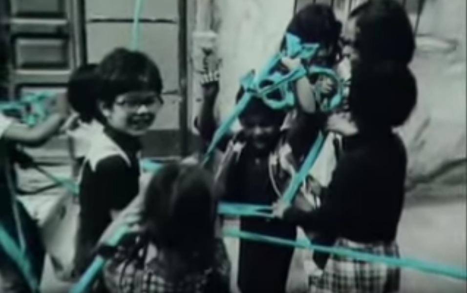 La leggenda del nastro color del cielo. Legarsi alla Montagna Ulassai 1981 opera d'arte di Maria Lai grande artista sarda. Ecco la leggenda che ispirò Maria Lai oltre vent'anni fa nella realizzazione di una delle sue più spettacolari opere d'arte.