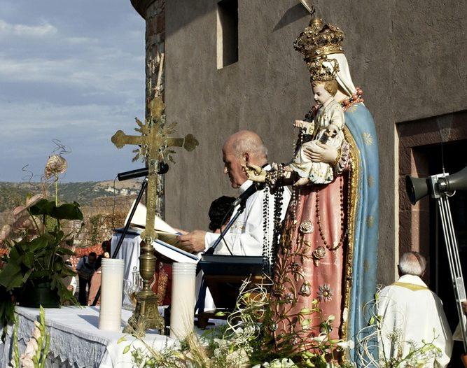 Bosa (OR) Festa di Nostra Signora di Regnos Altos – la celebrazione della messa in cima al colle di Serravalle nel Castello dei Malaspina, con la statua della Madonna - pomeriggio seconda domenica di settembre .