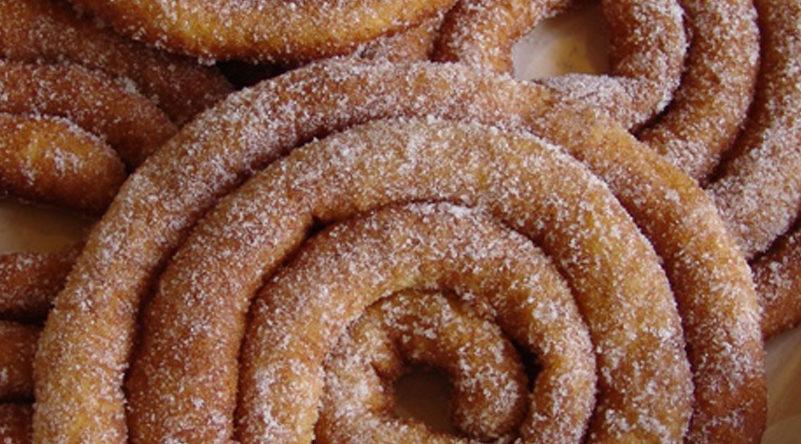 """Le frittelle lunghe di Carnevale Sassaresi o li frisgiori longhi o """"sas frigjolas"""" sono preparate principalmente durante il carnevale, sono fatte di un impasto di farina, latte, zucchero, anice e scorza d'arancia grattugiata, fritto in forma di lunghe corde."""
