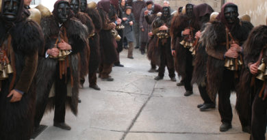 Mamoiada, prima uscita annuale dei Mamuthones e Issohadores