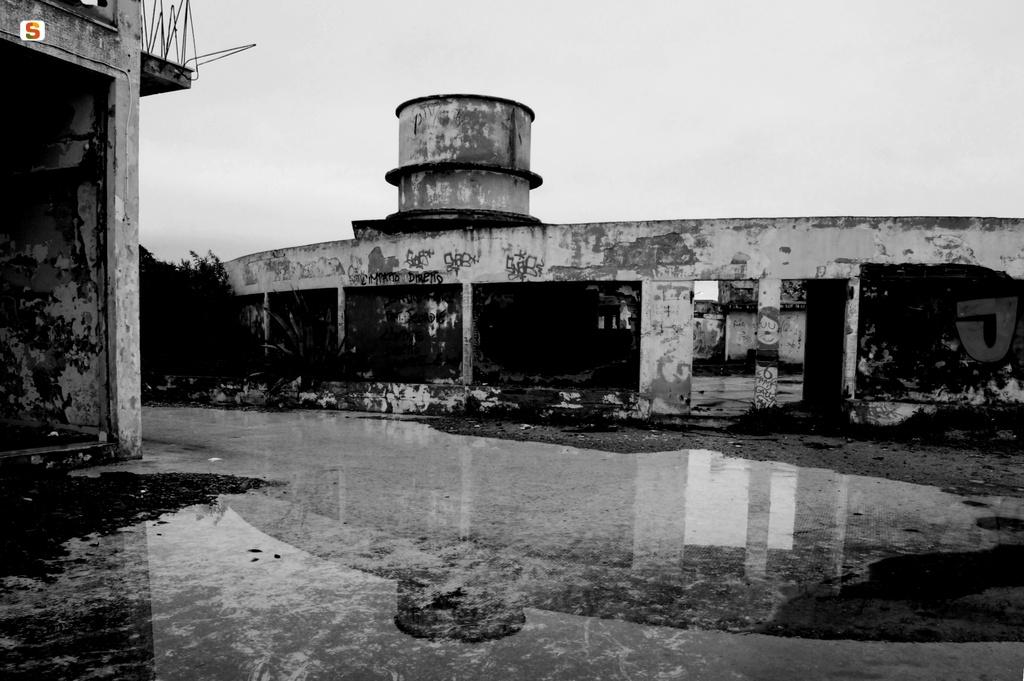 Descrizione: vecchio edificio chiamato Lido Iride comune di Sorso (SS), un tempo fiore all'occhiello del centro turisitico, foto di Dongu Marcello.