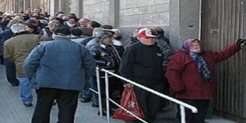 i poveri in fila per il ritiro della busta della mensa