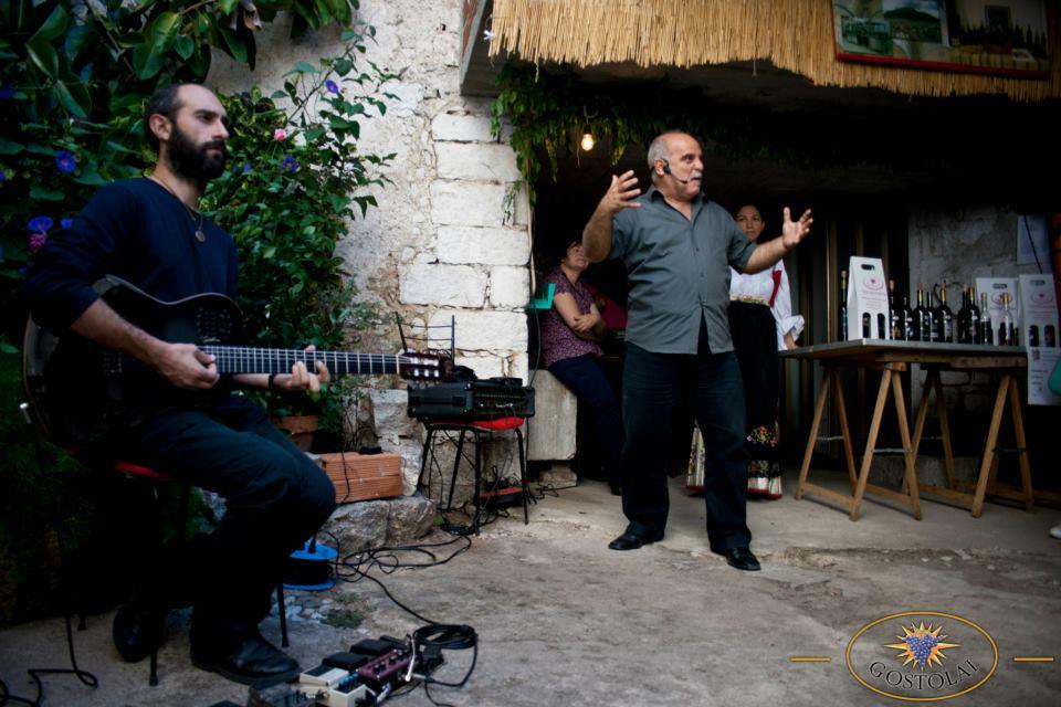 """Gianluca Medas e Andrea Congia durante la rappresentazione del 2012 a Cortes apertas Oliena di """"La Storia del Vino"""""""