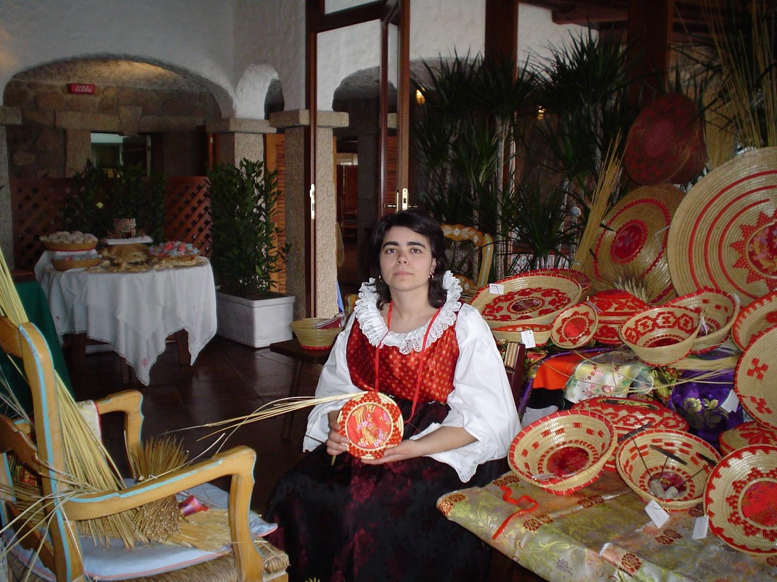 Alessandra Floris in costume con i suoi cestini