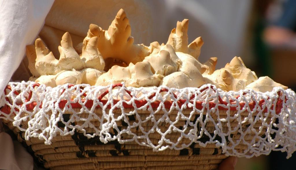 Sagra di Sant'Efisio Cesto pieno di pane tradizionale della Sardegna