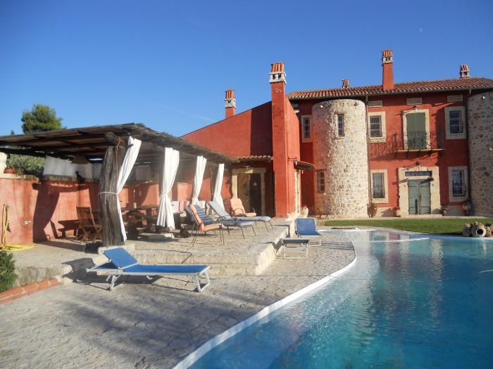 Villa l'Ulivo B&B di Charme, è una prestigiosa residenza che si trova nelle campagne tra Sassari e Alghero, Località: La Landrigga - Strada Vicinale Mastru Santu 18 - Sassari (SS).