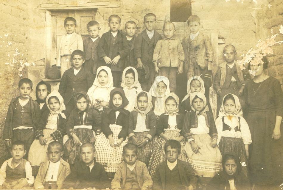Comune di Siamaggiore provincia di oristano foto storica di una scolaresca del paese