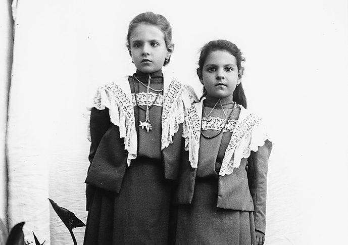 Due sorelline in abito identico e galosce