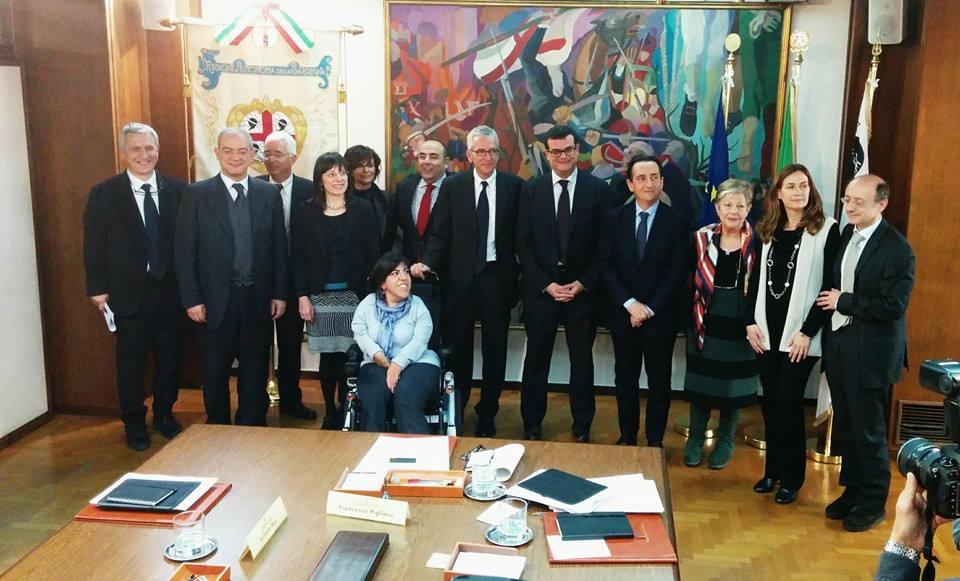Foto di gruppo della Giunta Pigliaru dopo la prima riunione dal profilo facebook del Presidente della Giunta