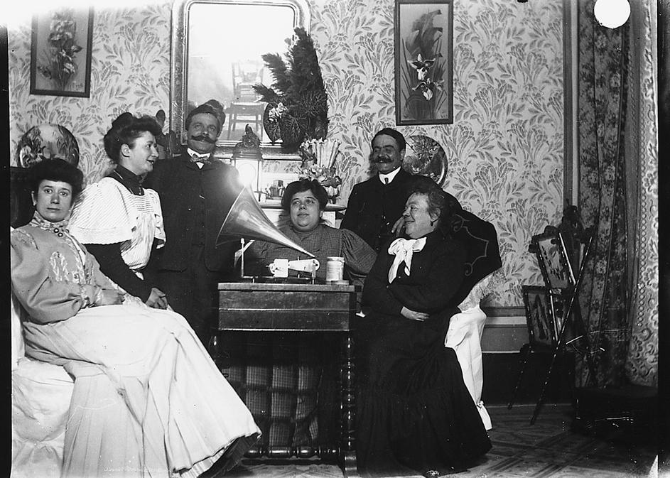 Giulio Pili e la moglie, Pierina Peltz, con familiari, intorno al grammofono a cilindri