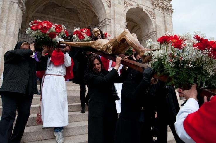 Riti della Settimana Santa a Sassari sul fondo il Duomo di San Nicola