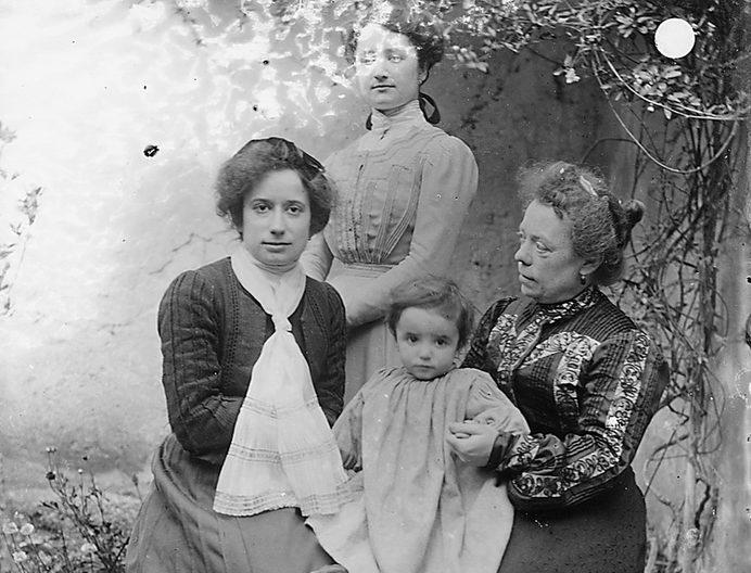 Pierina Peltz a sinistra con la sorella e la madre con bambino in braccio