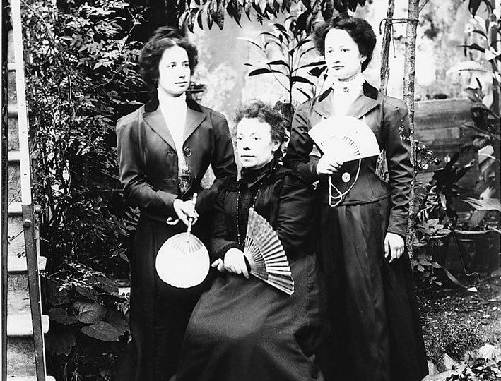 Pierina Peltz, a sinistra, con la sorella e la madre