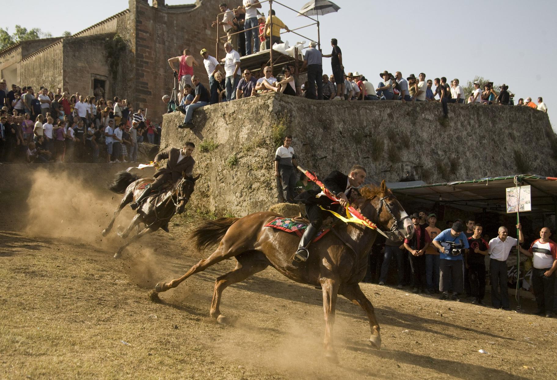 Ardia corsa di cavalli a Sedilo provincia di Oristano S'Ardia de Santu Antinu a Sedilo si svolgerà il 5, 6, 7, 19 e 20 luglio 2014 ecco il programma completo.