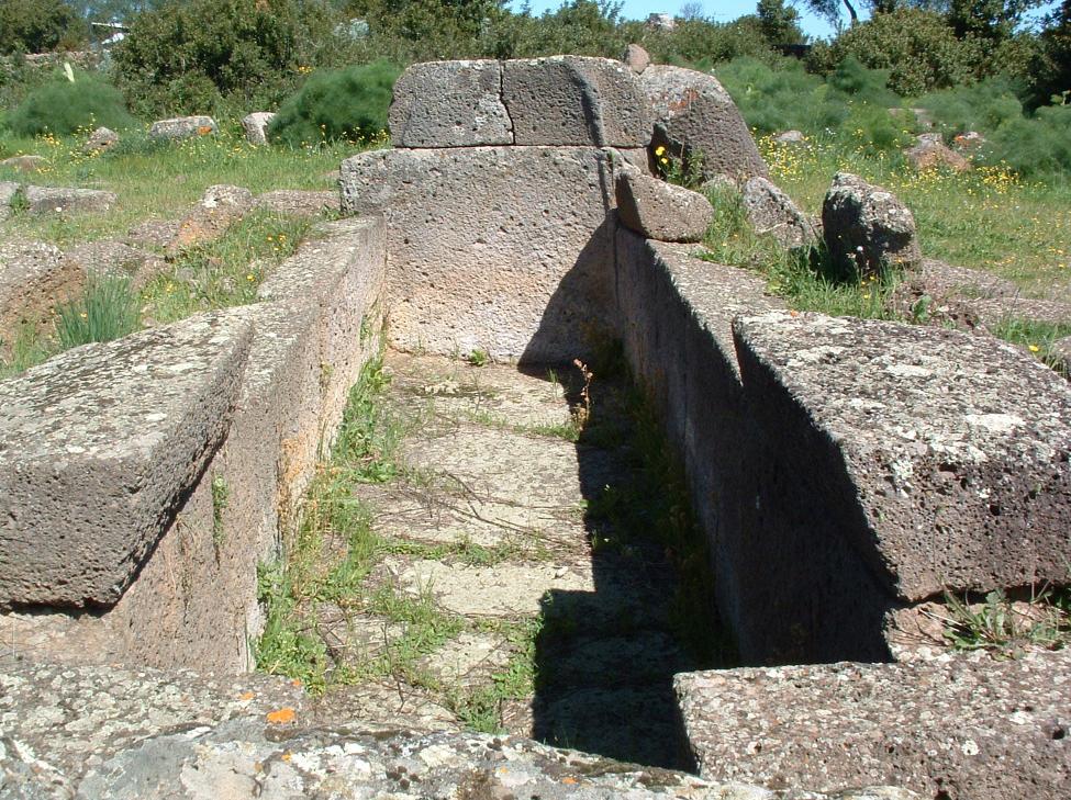Sedilo tomba di giganti nel parco archeologico di Iloi