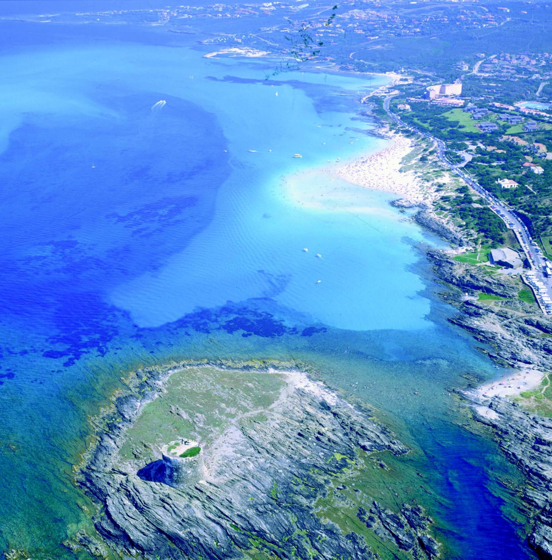 La torre della Pelosetta e la spiaggia della Pelosa viste dall aereo. Sullo sfondo il centro abitato