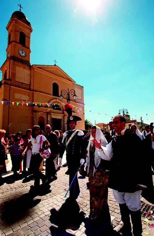 Corteo nuziale davanti alla chiesa madre di Selargius intitolata a Maria Vergine Assunta foto di Elisabetta Loi