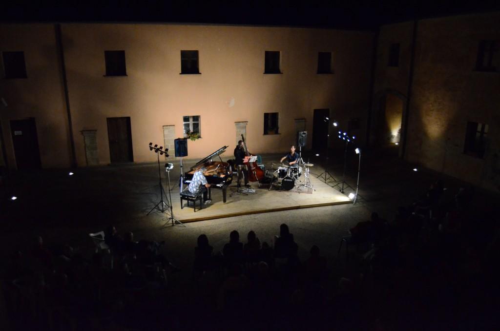 Di Liberto Trio dalle finestre al primo piano del palazzo Laconi 5 settembre 2014 culture festival