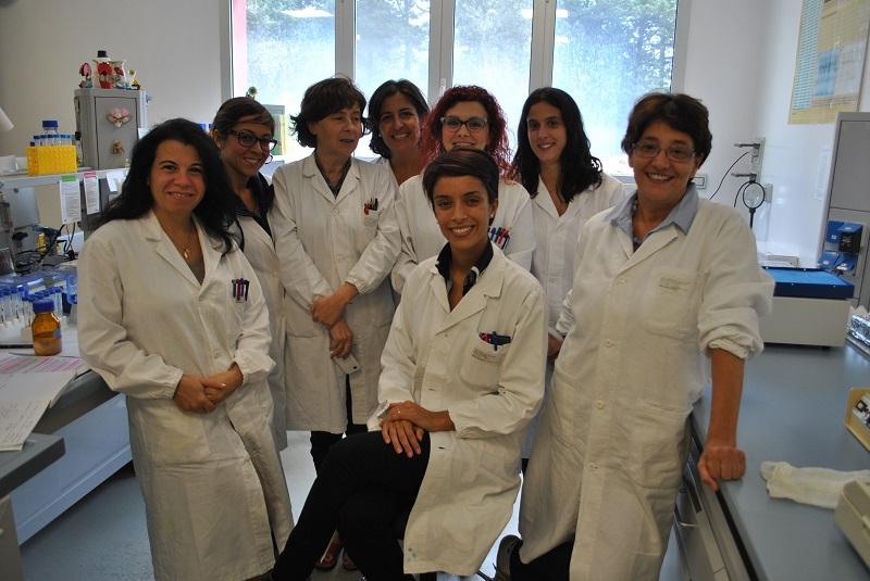 Izs Sardegna Il team di ricerca Al centro Giovanna Sanna a destra Sebastiana Tola. Mycoplasma agalactiae, ricerca vincente per una biotecnologa dell'Izs Sardegna Giovanna Sanna premiata al congresso nazionale della Sipaoc a Foggia.