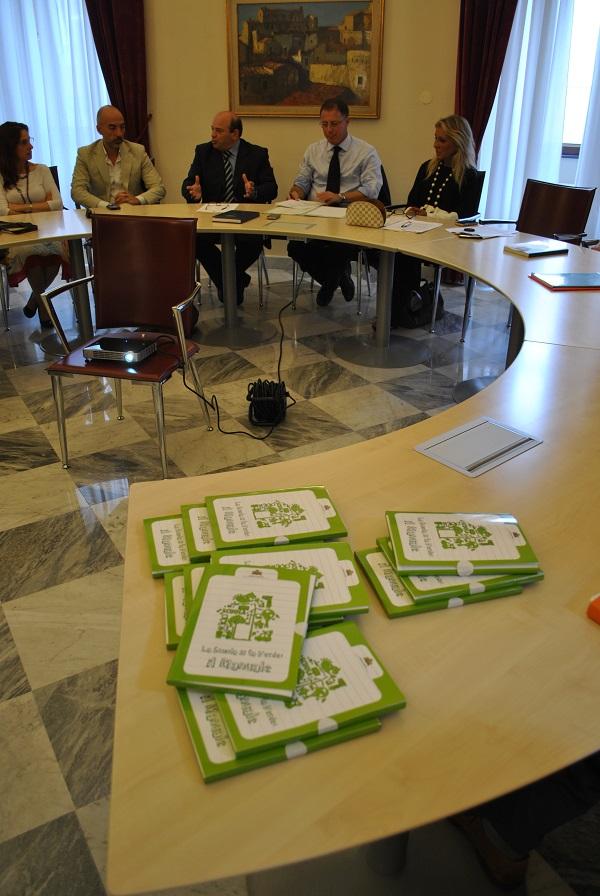 """Comune e scuole di Sassari: un patto per la sostenibilità ambientale E' stato siglato nei giorni scorsi a Palazzo Ducale con gli istituti scolastici che hanno aderito al progetto """"LA scuola si fa verde""""."""