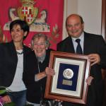 Gli auguri del Comune all'artista Liliana Cano. Il sindaco Nicola Sanna consegna una targa celebrativa alla pittrice sassarese.
