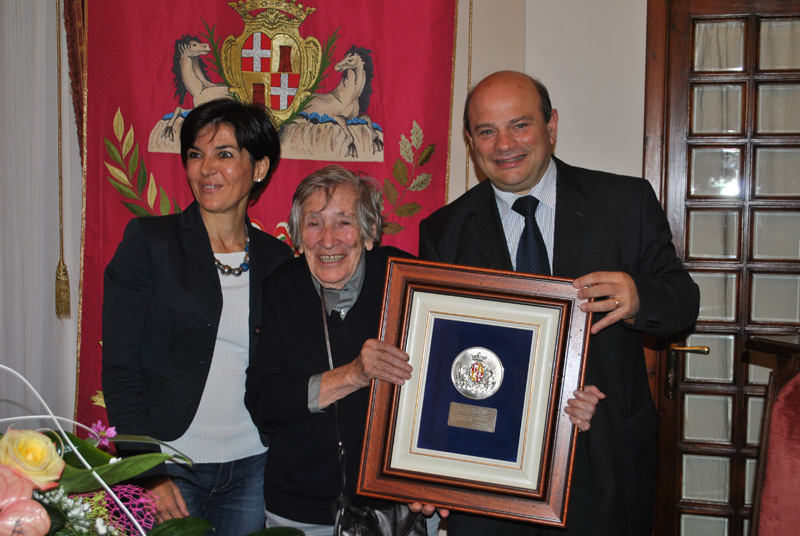 17 ottobre 2014 compleanno Liliana Cano. Gli auguri del Comune all'artista Liliana Cano. Il sindaco Nicola Sanna consegna una targa celebrativa alla pittrice sassarese.