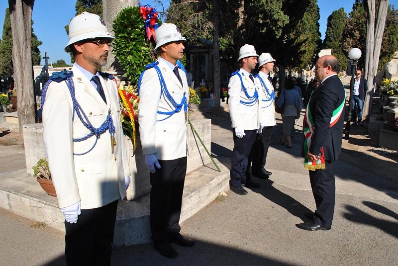 Il Sindaco Nicola Sanna ha deposto una corona di fiori ai piedi della colonna situata nel vialetto all'ingresso del cimitero monumentale di Sassari 2 novembre 2014.