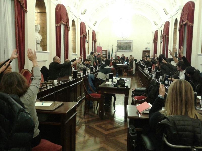 Sassari consiglio Puc. SASSARI 19 novembre 2014 – Il consiglio comunale di Sassari ieri sera ha approvato a maggioranza (22 favorevoli, 7 contrari e 2 che non hanno partecipato alla votazione) il recepimento degli esiti della verifica di coerenza del Puc alle prescrizioni della Regione.