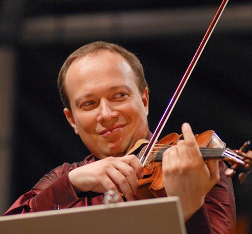 Primo violino solista dell'Orchestra del Teatro alla Scala, Francesco Manara violinista di chiara fama, nel 1992 è stato scelto da Riccardo Muti per ricoprire il ruolo di primo violino solista dell'Orchestra del Teatro alla Scala e ha vinto anche il primo premio al concorso indetto dall'Orchestra Filarmonica della Scala.