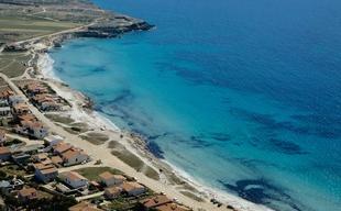 Putzu Idu nel comune di San Vero Milis Provincia di Oristano ha una spiaggia di sabbia bianca finissima con sfumature tendenti al grigio.