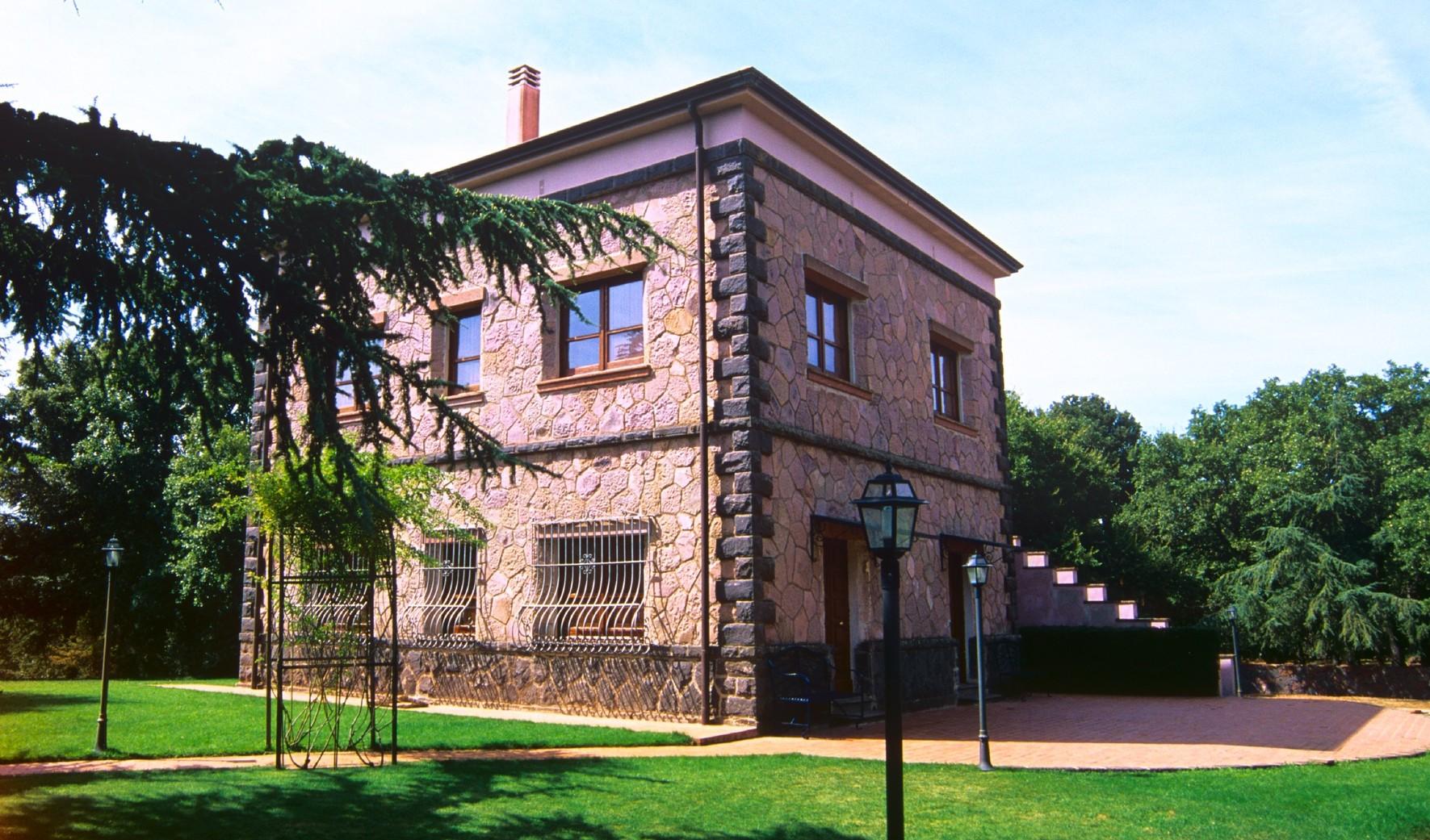 Edificio di Monte Burghesu, Pasquetta a Foresta Burgos lunedì 6 aprile 2015.